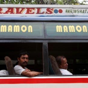 Viajeros en un autobús de Calcuta, India. 2011