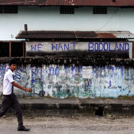 Un estudiante pasea en la región semiautónoma de Bodoland, India. 2012