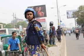 Dacca (Bangladesh).- Un policía bangladesí custodia una manifestación en Dacca convocada por empresarios que están en contra de las huelgas opositoras y de la violencia que sacude al país desde principios de enero de 2015.