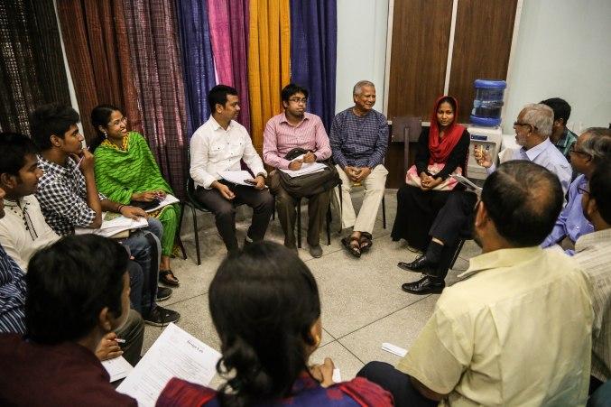 El Premio Nobel de la Paz bangladesí y fundador de Grameen Bank, Mohamed Yunus, participa en un foro de discusión durante un taller negocio social para pequeños emprendedores en Dacca organizado por el Centro Yunus.