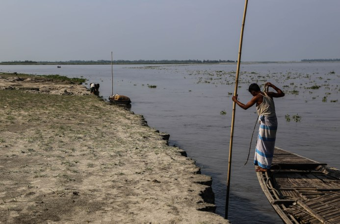 Una persona en su bote en Char Parbatipur, una isla temporal del río Brahamputra en el norte de Bangladesh.