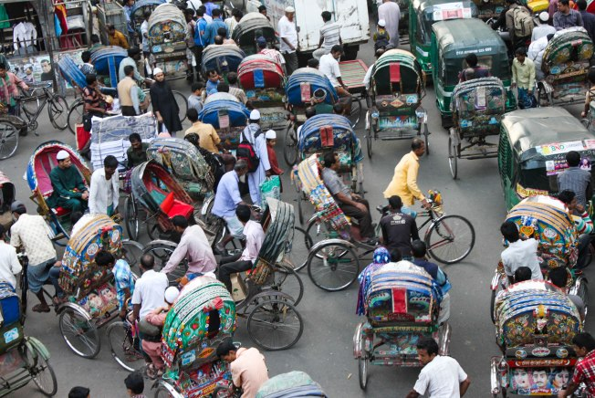 Dacca (Bangladesh).- Maraña de ciclotaxis (rickshaws) en una calle de Dacca.